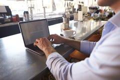 Sluit omhoog van de Mens Gebruikend Laptop in Koffiewinkel royalty-vrije stock foto's