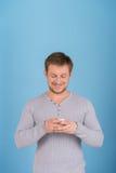 Sluit omhoog van de mens gebruikend mobiele slimme telefoon Royalty-vrije Stock Afbeeldingen