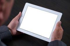 Sluit omhoog van de mens gebruikend tablet Het witte scherm Stock Afbeeldingen