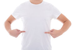 Sluit omhoog van de mens in het lege t-shirt geïsoleerd richten bij zich Stock Foto's