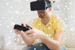 Sluit omhoog van de mens in het virtuele werkelijkheidshoofdtelefoon spelen Stock Foto