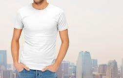 Sluit omhoog van de mens in lege witte t-shirt Stock Afbeeldingen