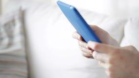 Sluit omhoog van de mens met de computer van tabletpc thuis stock video