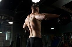 Sluit omhoog van de mens met domoren die in gymnastiek uitoefenen Royalty-vrije Stock Afbeeldingen