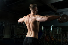 Sluit omhoog van de mens met domoren die in gymnastiek uitoefenen Stock Fotografie