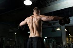 Sluit omhoog van de mens met domoren die in gymnastiek uitoefenen Royalty-vrije Stock Foto's