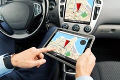 Sluit omhoog van de mens met tabletpc in auto Royalty-vrije Stock Foto