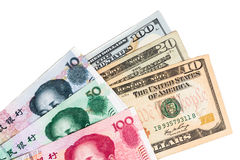 Sluit omhoog van de muntnota van China Yuan Renminbi tegen Amerikaanse dollar Royalty-vrije Stock Afbeeldingen
