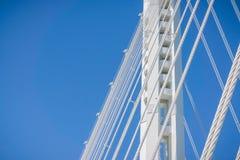 Sluit omhoog van de opschortingskabels van de baaibrug die van Oakland naar het Eiland van Yerba Buena, de baai van San Francisco stock foto's