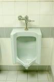 Sluit omhoog van de oude blauwe urinoirs in de badkamers van mensen Stock Foto