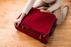 Sluit omhoog van de reiszak van de vrouwenverpakking voor vakantie Royalty-vrije Stock Foto's