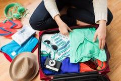 Sluit omhoog van de reiszak van de vrouwenverpakking voor vakantie Stock Foto's