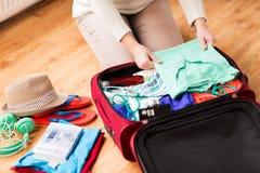 Sluit omhoog van de reiszak van de vrouwenverpakking voor vakantie Stock Afbeelding