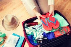 Sluit omhoog van de reiszak van de vrouwenverpakking voor vakantie Stock Fotografie