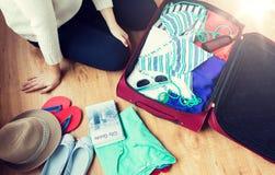 Sluit omhoog van de reiszak van de vrouwenverpakking voor vakantie Stock Afbeeldingen