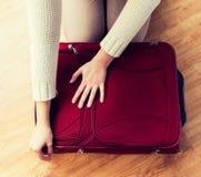 Sluit omhoog van de reiszak van de vrouwenverpakking voor vakantie Royalty-vrije Stock Fotografie