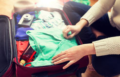 Sluit omhoog van de reiszak van de vrouwenverpakking voor vakantie Stock Foto