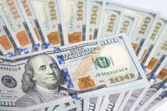 Sluit omhoog van de rekeningen van het honderd die Amerikaanse dollarsgeld op witte bedelaars worden uitgespreid Stock Fotografie