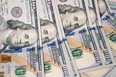 Sluit omhoog van de rekeningen van het honderd die Amerikaanse dollarsgeld op witte bedelaars worden uitgespreid Royalty-vrije Stock Foto