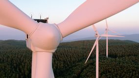 Sluit omhoog van de rotor van een windmolen stock video