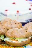 Sluit omhoog van de sandwiches van de clubzalm over een lijst bij een openluchttuinpartij die worden geschikt Heerlijke cake op d Stock Afbeelding