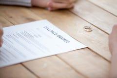 Sluit omhoog van de scheidingsdocumenten van het paarteken op advocatenkantoor royalty-vrije stock afbeeldingen