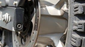 Sluit omhoog van de schijf van de motorfietsrem stock footage