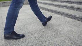 Sluit omhoog van de schoenen van het mensen` s leer terwijl omhoog het lopen van de treden voorraad De zakenman gaat naar het bur stock videobeelden