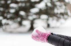 Sluit omhoog van de sneeuw van de vrouwenholding in openlucht Royalty-vrije Stock Fotografie