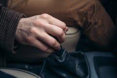 Sluit omhoog van de stok van het de holdingstoestel van de bestuurdershand royalty-vrije stock fotografie