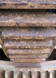 Sluit omhoog van de toesteltanden van een groot roestig industrieel tandrad stock foto