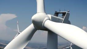 Sluit omhoog van de turbine van een windmolen tegen de blauwe hemel stock videobeelden