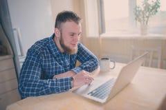 Sluit omhoog van de uitvoerende bedrijfsmens met laptop geconcentreerd werken stock afbeelding