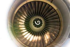 Sluit omhoog van van de ventilatormotor en turbine bladen van modern burgerlijk passagiersvliegtuig verlicht mooi licht royalty-vrije stock afbeeldingen
