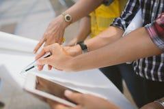 Sluit omhoog van de vergadering van de handingenieur voor het architecturale project werken met partner en techniekhulpmiddelen a stock afbeelding