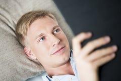 Sluit omhoog van de vriendschappelijke mens die en een boek ontspannen lezen. Royalty-vrije Stock Foto