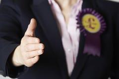 Sluit omhoog van de Vrouwelijke van de Britse Politicus Reaching Out Onafhankelijkheidspartij royalty-vrije stock foto