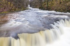 Sluit omhoog van de waterval van Sgwd y Bedol Op de rivier Nedd Fechan Sou Stock Foto's