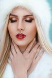 Sluit omhoog van de winterdame met sterke rode lippenstift Royalty-vrije Stock Afbeeldingen