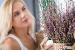 Sluit omhoog van decoratieve bloem tegen blonde vrouw Stock Afbeelding