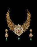 Sluit omhoog van diamanthalsband met diamantoorringen Royalty-vrije Stock Foto's