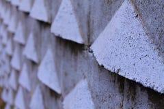 Sluit omhoog van diepteperspectief van oude violette blauwe buitenmuur met 3d details van driehoeksvormen Royalty-vrije Stock Afbeeldingen