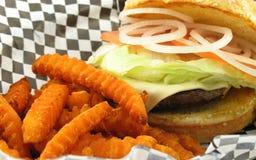 Sluit omhoog van diner stijlhamburger Stock Foto