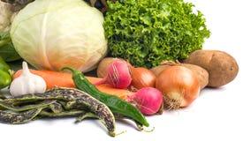 Sluit omhoog van diverse kleurrijke rauwe groenten op witte achtergrond Stock Fotografie