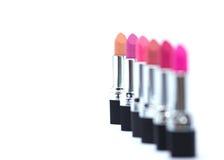 Sluit omhoog van diverse lippenstiften op witte achtergrond Royalty-vrije Stock Fotografie