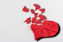 Sluit omhoog van document gebroken hart op witte achtergrond Stock Foto's