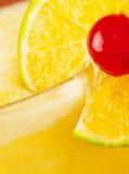 Sluit omhoog van drank met fruitdecoratie Stock Foto's