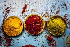 Sluit omhoog van drie fundamentele, hoofd en essentiële ingrediënten of kruiden van Indisch/Aziatisch voedsel op een zilveren hou stock foto's