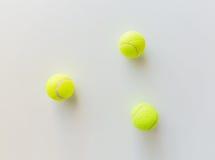 Sluit omhoog van drie gele tennisballen Stock Afbeelding