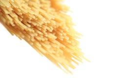 Sluit omhoog van droge spaghetti op een heldere backround met ondiepe nadruk Stock Foto's